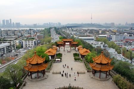 Uitzicht vanaf de toren van gele kraan en de eerste brug Wuhan China
