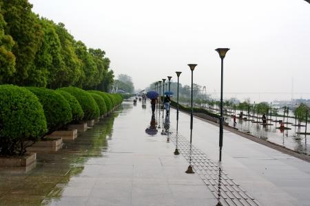 Dijk van de rivier de Yangtze. Stad Wuhan. China.