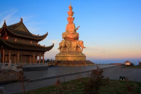 Gouden standbeeld en tempel in de top van de Mt. Emeishan. Sichuan. China.