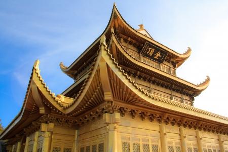 Gouden standbeeld en tempel in de top van de Mt Emeishan Sichuan China