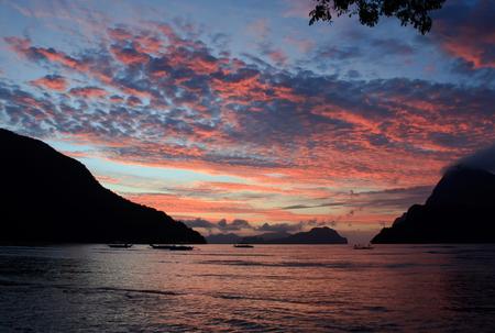 Zonsondergang op een tropisch eiland. El Nido. Filippijnen.