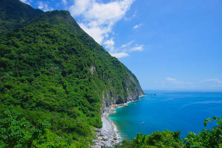 Sea, sky, mountains and sea facing each other, multi-layered blue of the coast. The Qingshui Cliff is the only coastal road in Taroko National Park. Hualien, Taiwan. Sep. 2021 Banque d'images
