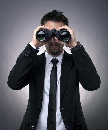 Junger Geschäftsmann sucht mit dem Fernglas - Marktforschung Konzept Standard-Bild - 14158458