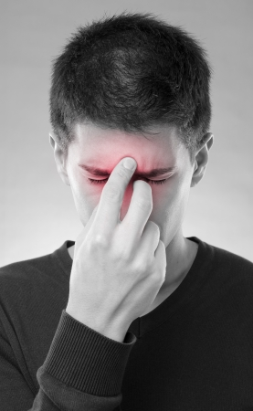 male headache: Hombre joven que tiene problemas con el dolor en los senos Foto de archivo