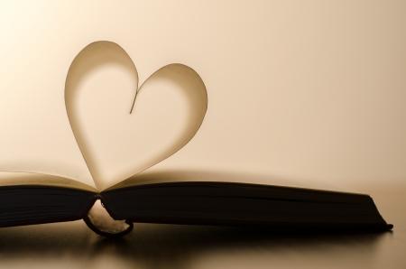 Offenes Buch mit herzförmigen Seiten - flache DOF Standard-Bild - 17845682