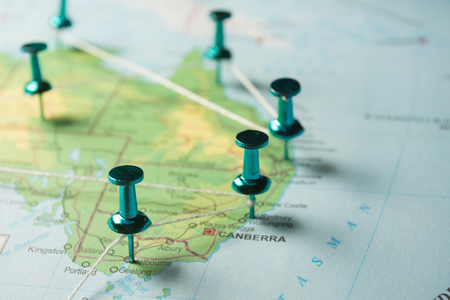 Carte de l'Australie avec des épingles reliées par une chaîne, image conceptuelle illustrant l'itinéraire de voyage. Banque d'images