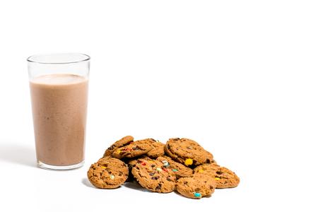 Kekse auf weißem Hintergrund mit Schokoladenmilch