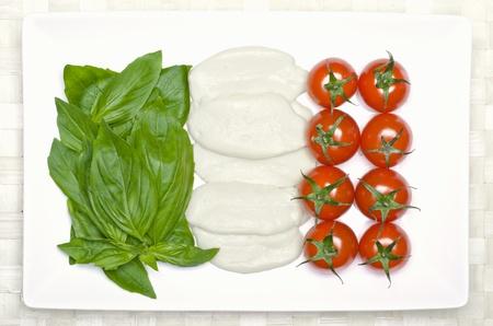italienisches essen: Lebensmittel Flagge von Italien: Basilikum, Tomaten und Mozzarella