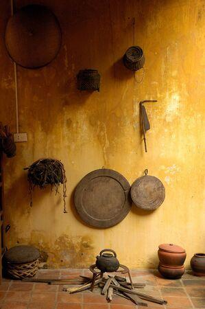 shining through: Colpo di una cucina gialla rustica, illuminata dal sole splende attraverso una finestra