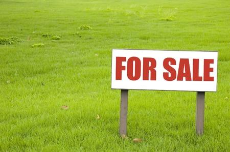 Para la señal de venta en pasto verde Foto de archivo