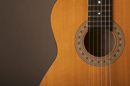 guitarra acustica: Detalle estudio fotografía de una guitarra clásica española acústica