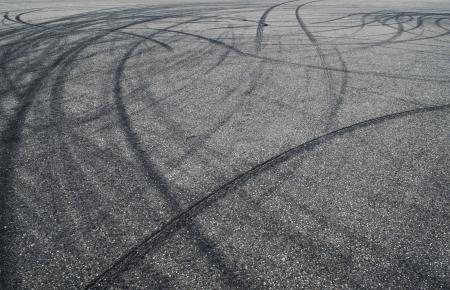 marcas de los neumáticos sobre el pavimento de la carretera Foto de archivo