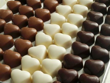 chocolatería: Leche pura, y los corazones de chocolate blanco Foto de archivo