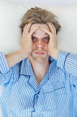 gente durmiendo: Hombre tensionado t puede dormir