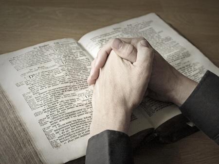 manos orando: rezando con la Biblia