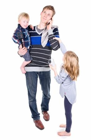 P�re essayer de travailler tout en baby-sitting ses enfants Banque d'images