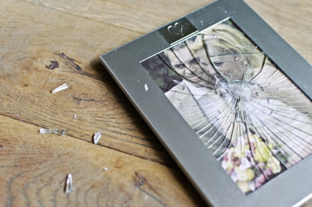 pareja de esposos: Marco roto de la pareja se cas� Foto de archivo