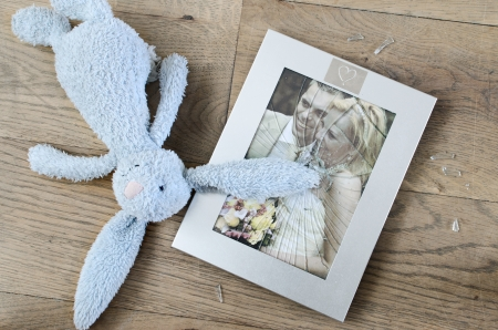 Titel  Broken picture frame of married couple