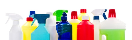 productos quimicos: Limpieza de las botellas de líquido en el fondo blanco aislado