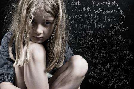 niños tristes: Abuso infantil niña Foto de archivo