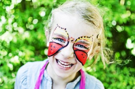 peinture visage: Fille avec la peinture de visage Banque d'images