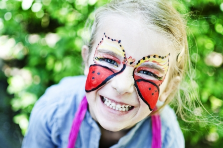 ni�os pintando: Chica con pintura de la cara