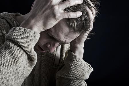 Man die is gestrest of verdrietig, gevoelens van verdriet Stockfoto - 20177181
