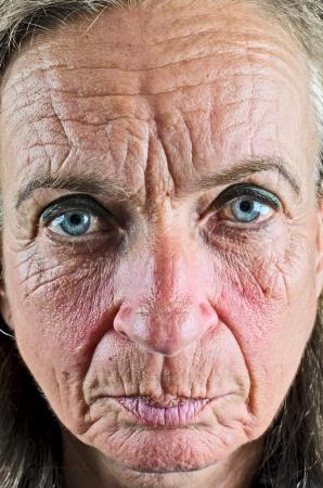 arrugas: Mujer de edad cerca de la cara arrugada Foto de archivo