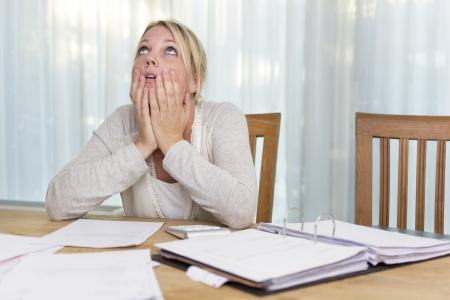 Nő aggódik adósságok
