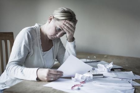 Femme avec la dette s'inqui�tait des factures � payer