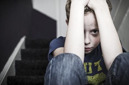 계단에 외로운 슬픈 소년 스톡 콘텐츠