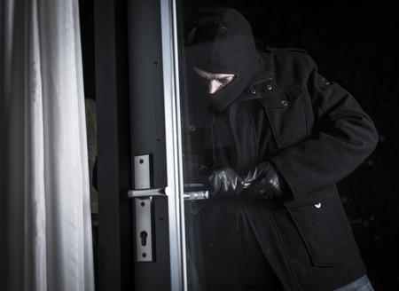 burglar breaking in house 版權商用圖片 - 25709858