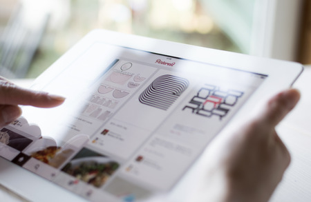 Pinterest page on ipad close up Éditoriale