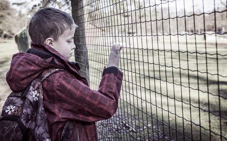 ni�os malos: triste solitario ni�o despu�s de la escuela solo, intimidado