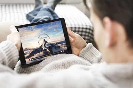 Kijken naar een film op de tablet pc