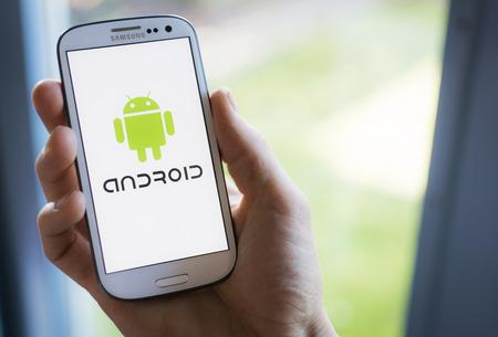 안드로이드 로고를 보여주는 삼성의 스마트 폰입니다. 에디토리얼