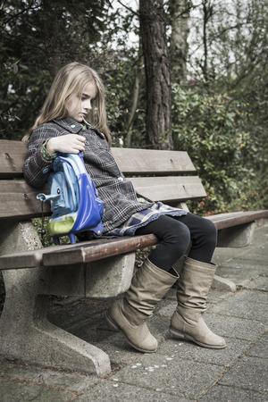 verdrietig meisje: Eenzaam beetje verdrietig meisje