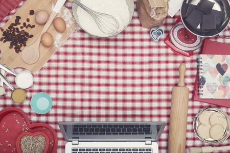 Home cooking laptop hero header 版權商用圖片