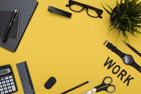 articulos de oficina: Los elementos de trabajo de oficina de cabeza amarillo