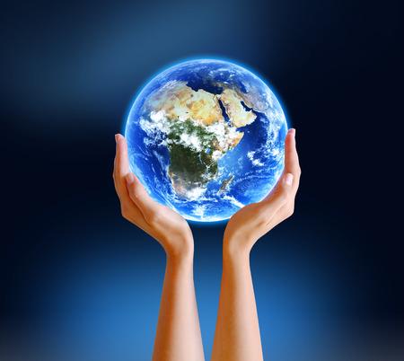 惑星の地球を保持している手