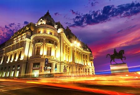 Boekarest bij zonsondergang. Calea Victoriei, Piata Revolutiei