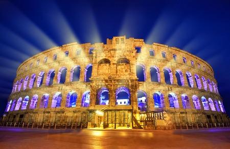 El anfiteatro romano de Pula, Croacia durante la noche.