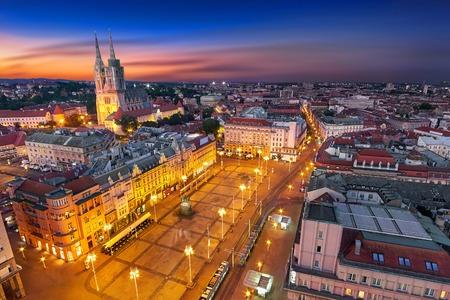Zagreb Kroatië at Night. Luchtfoto Bovenaanzicht van Ban Jelacic Square Stockfoto