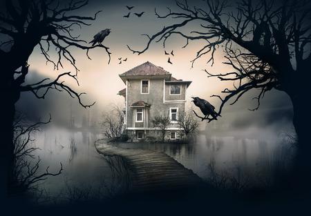 Haunted House auf dem See mit Dark Horror-Atmosphäre. Geister Lake Scene House.