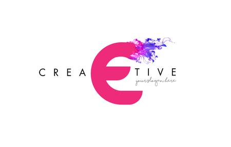 E Logo Design de lettre avec la texture fluide de nuage d'encre et les couleurs pourpres.