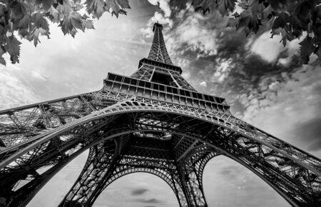 Eiffeltoren in Parijs Frankrijk. Eifeltoren met gouden lichtstralen en prachtige architectuur. Zwart-witfotografie Stockfoto
