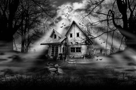 Casa encantada con atmósfera de terror oscuro y aterrador Fotografía en blanco y negro Foto de archivo