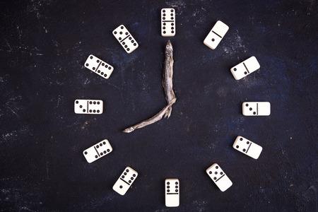 Stunden von Dominosteinen und Pfeile von Fischen. Acht Stunden Standard-Bild - 75724989