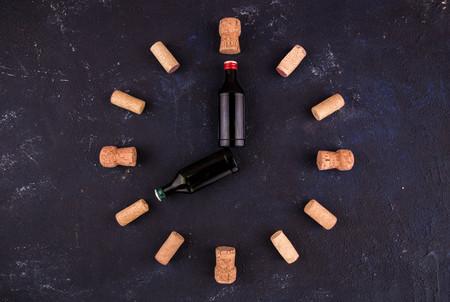 Stunden von Flaschen und Weinstaus vor einem dunklen Hintergrund. Acht Stunden Standard-Bild - 75464156