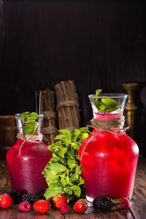 pure de papa: Lemonade from berry mashed potatoes, lemon juice, sugar syrup, soda and mint Foto de archivo